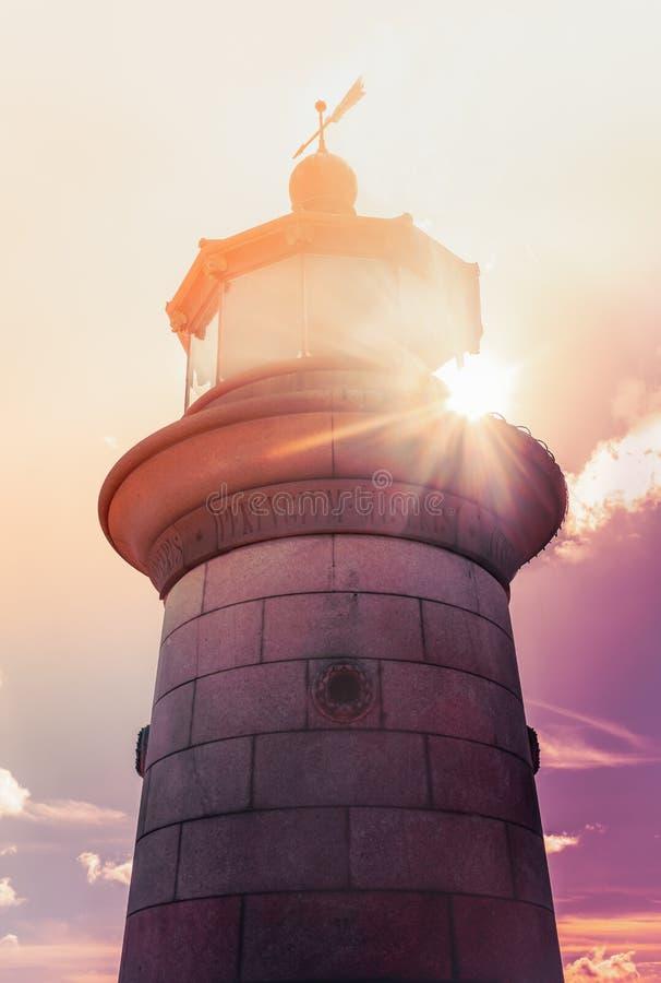 Le granit en pierre grenu impressionnant du phare de Ramsgate, dans Thanet, Kent, R-U comme lumière du soleil de fin de l'après-m photos libres de droits