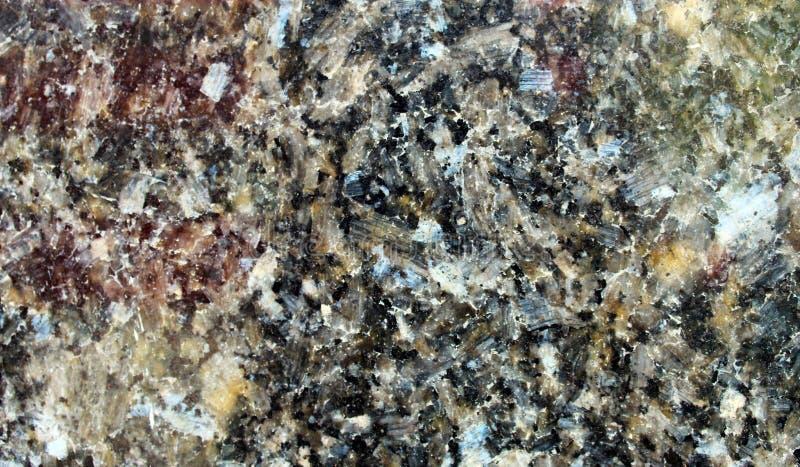 Le granit noir a poli la surface avec de grands cristaux vus en détail images stock
