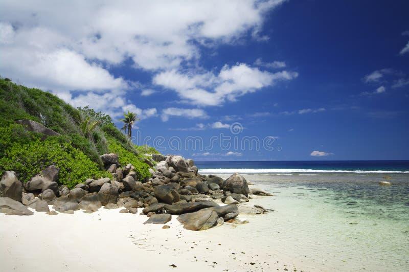 Le granit oscille à la plage d'Anse Forbans, Seychelles image stock