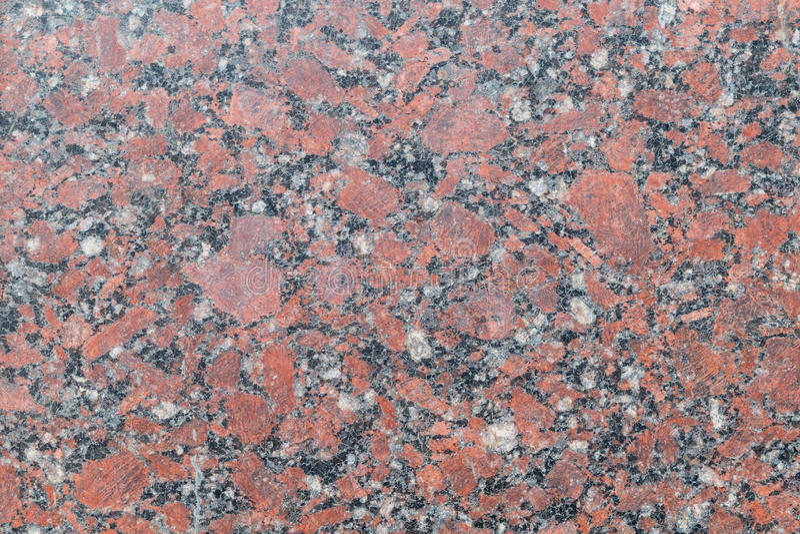Le granit a poli la dalle du brun avec les taches grises, foncées et lumineuses et les filets et les fissures entre eux photos libres de droits