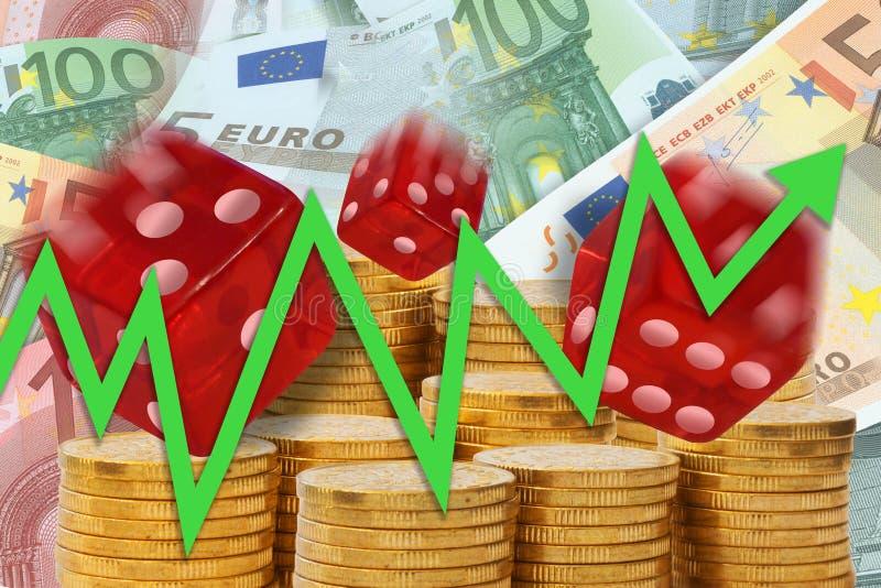 Le graphique de gestion avec la flèche montant sur le fond des piles d'or d'argent, des euro notes et du roulement découpe montre photographie stock libre de droits