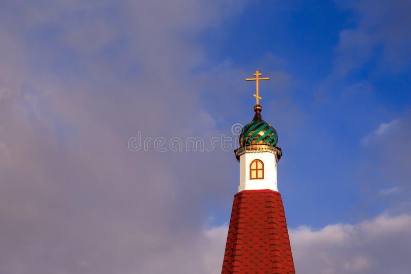 Le Green Dome de la vieille église chrétienne russe contre le b photo stock