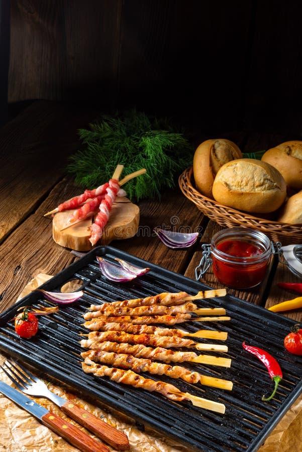 Le gril rustique frais et croustillant de ventre de porc colle photos stock