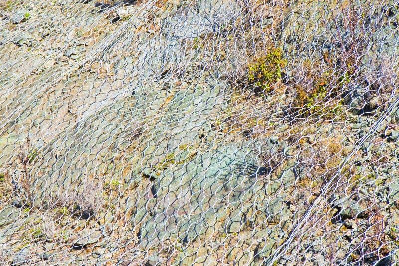Le grillage de protection contre la chute bascule des montagnes photo libre de droits