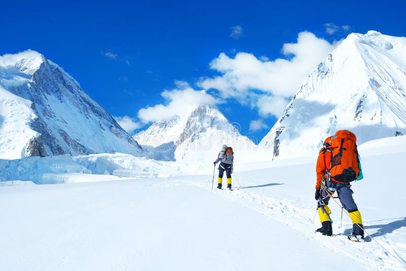 Le grimpeur atteint le sommet de la crête de montagne Succès, liberté et bonheur, accomplissement en montagnes Concept s'élevant  photo stock