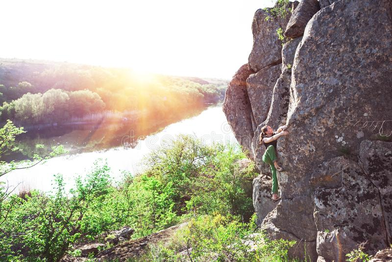 Le grimpeur bouldering dehors photo stock