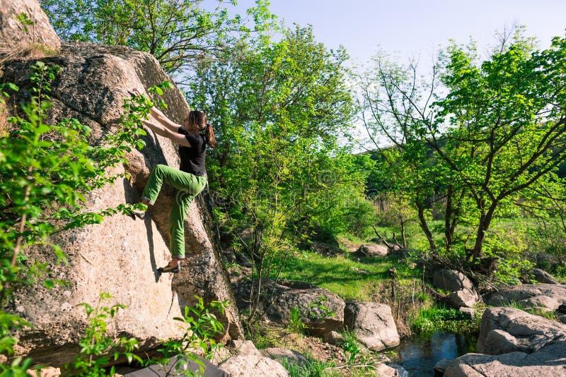 Le grimpeur bouldering dehors images libres de droits