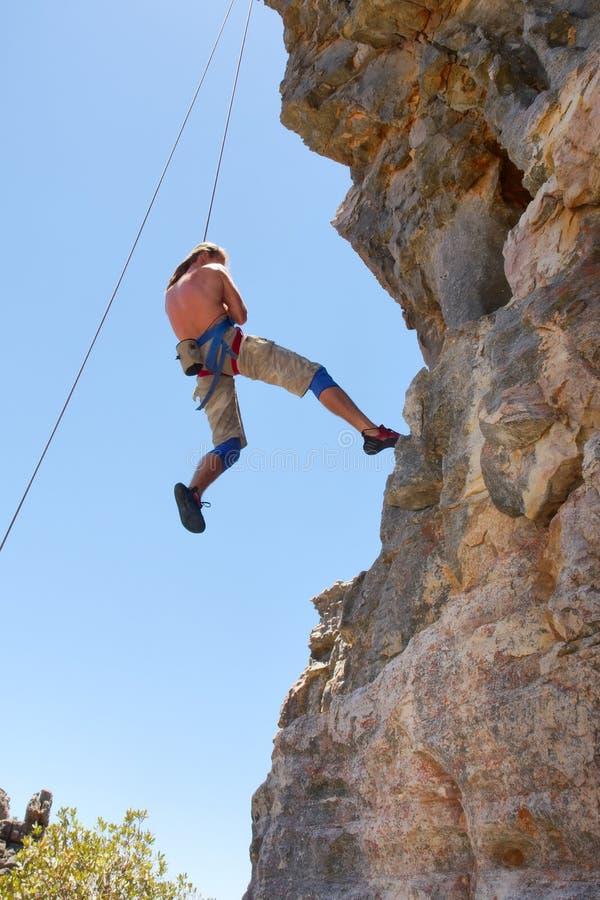 Le grimpeur de roche descend images libres de droits
