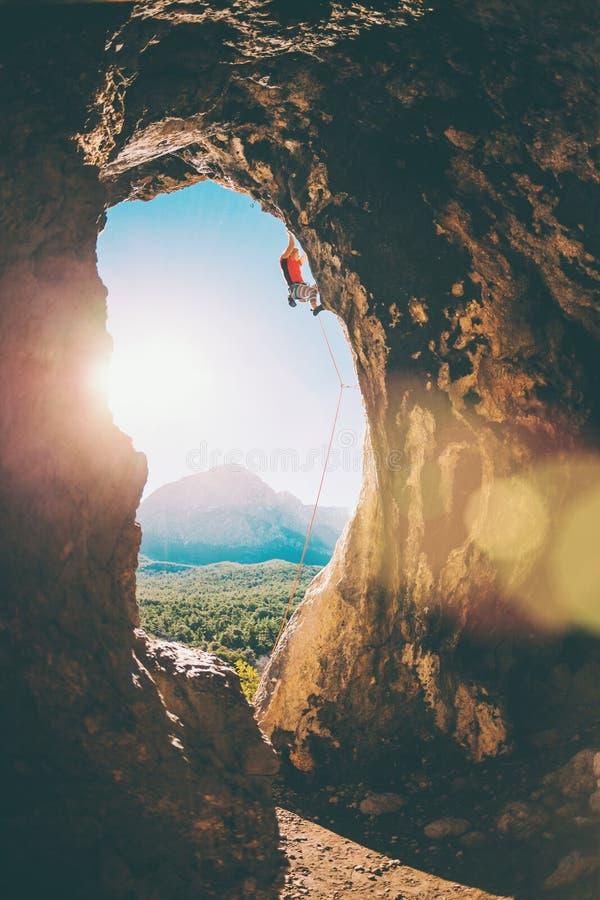Le grimpeur de roche s'?l?ve dans la caverne image libre de droits