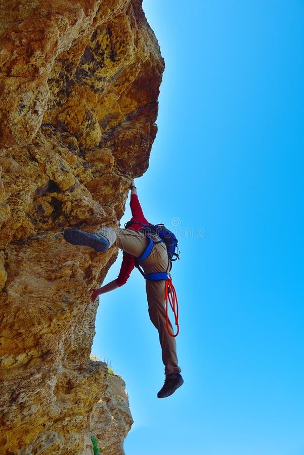 Le grimpeur est tombé d'une falaise images libres de droits