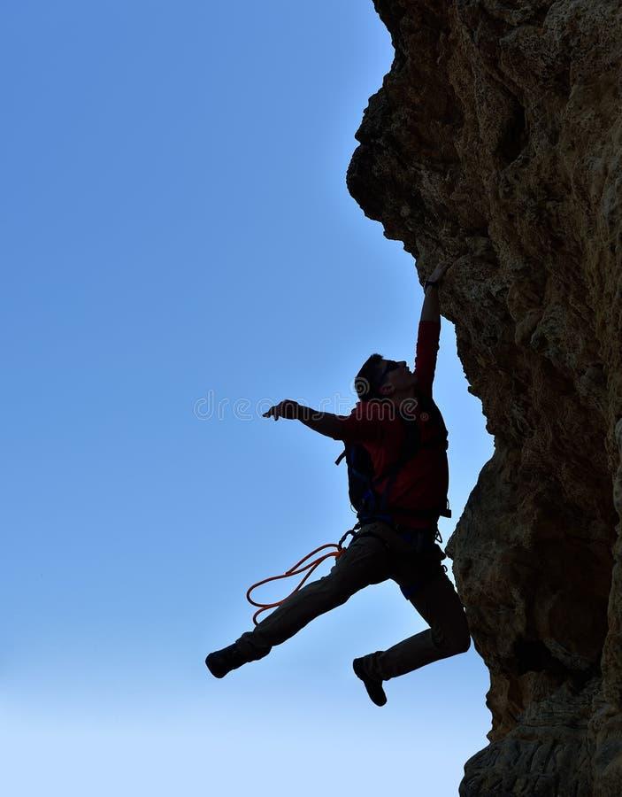 Le grimpeur est tombé d'une falaise image libre de droits