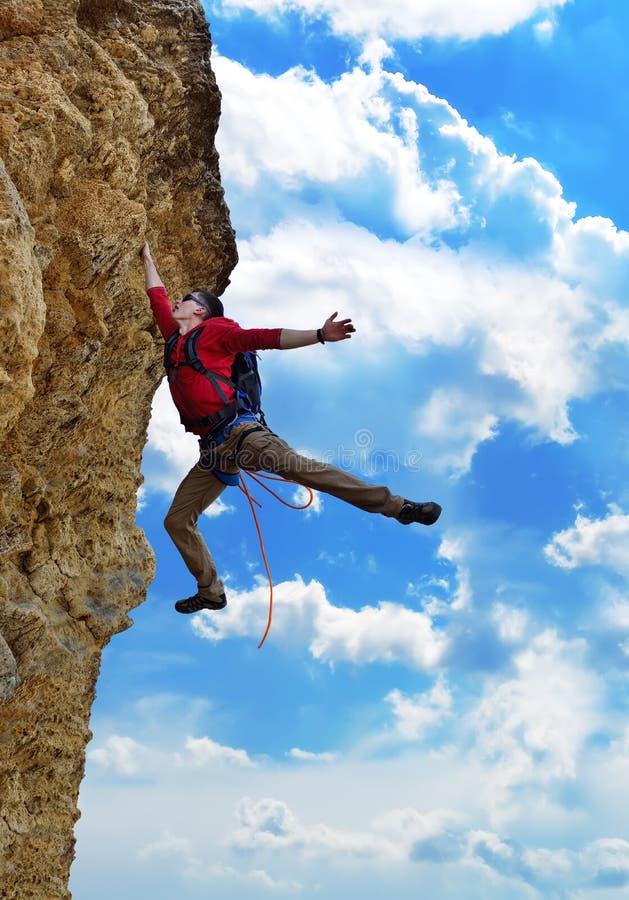 Le grimpeur est tombé d'une falaise photos stock
