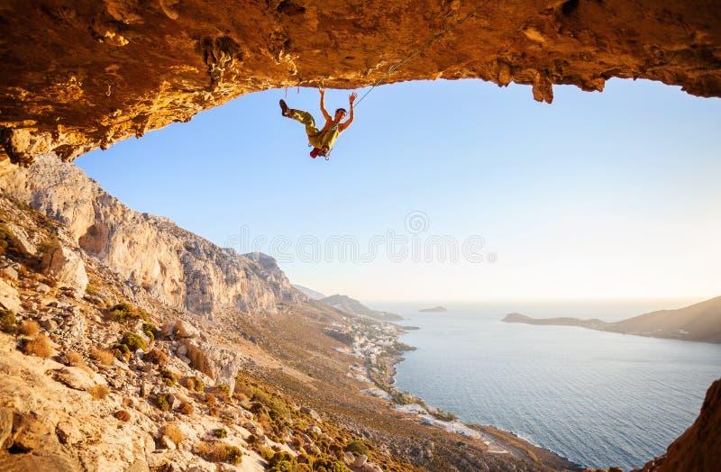 Le grimpeur masculin a juste pour abattre d'une falaise photo stock