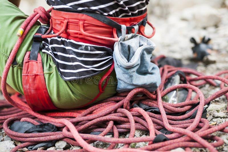 Le grimpeur s'assied sur la corde image stock