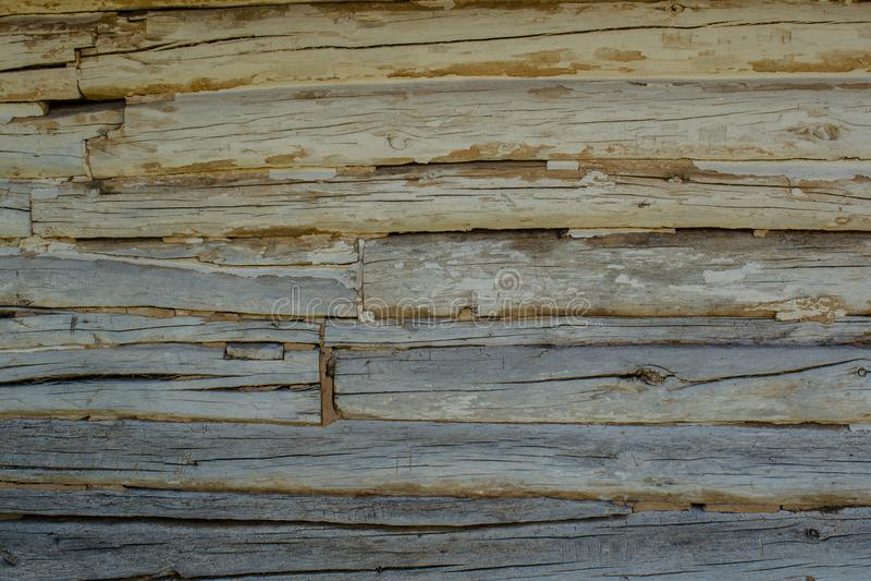Le gris en bois note le fond avec des fissures et des fentes photos stock