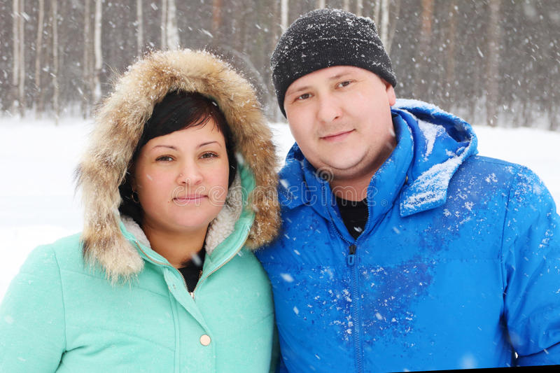 Le gros couple heureux regarde l'appareil-photo en parc images stock