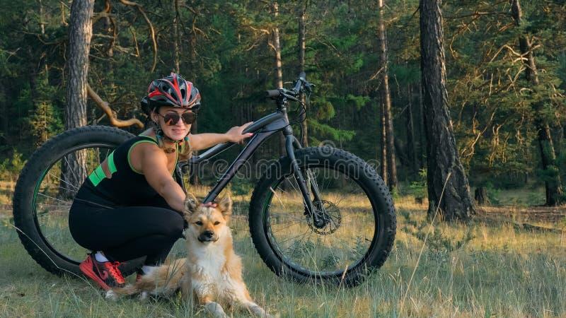 Le gros vélo a également appelé le vélo de fatbike ou de gros-pneu dans l'équitation d'été dans la forêt photo libre de droits