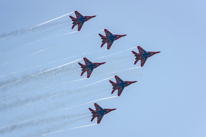 Le groupe aéronautique d'acrobaties aériennes Swifts exécute des vols de démonstration images libres de droits