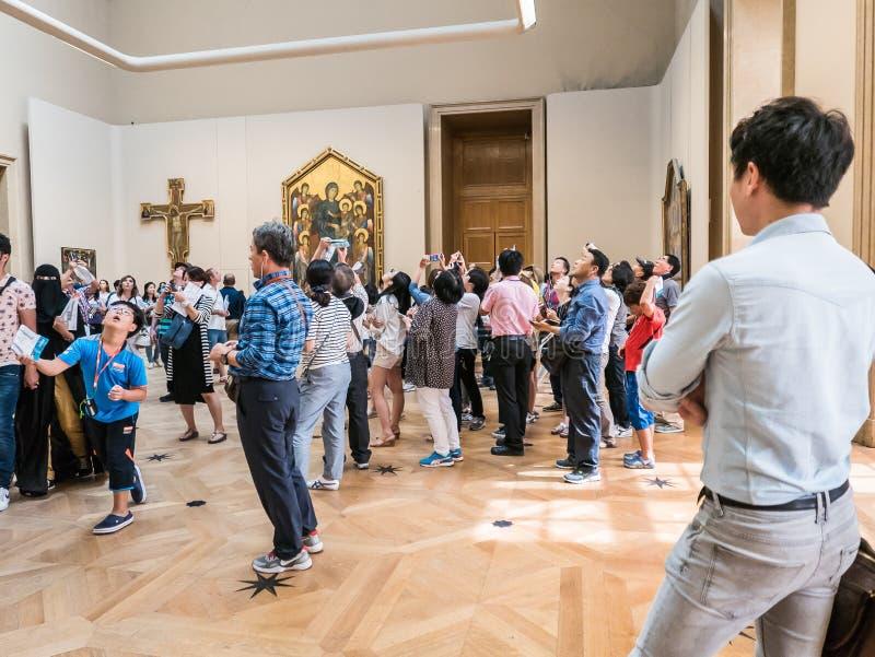 Le groupe asiatique de visite regarde fixement la peinture de plafond de galerie de Louvre images libres de droits