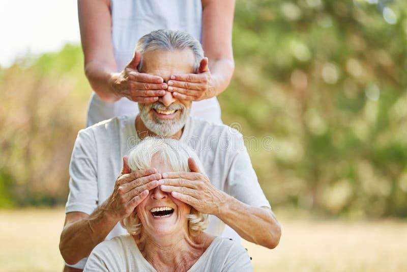 Le groupe d'aînés couvrant chaque autres observe images libres de droits