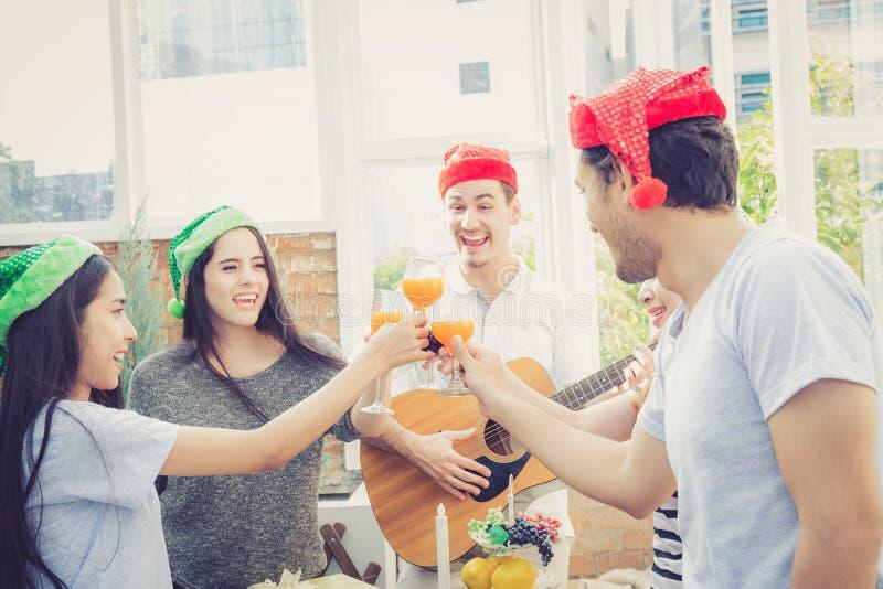 Le groupe d'amis font la fête et en jouant la guitare, étonnez l'anniversaire, célébrez Noël de partie et la nouvelle année images libres de droits