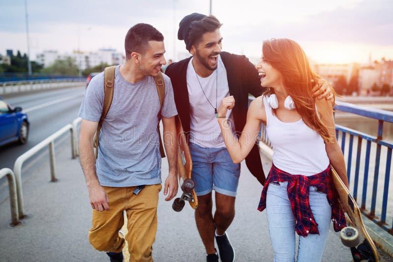 Le groupe d'amis heureux traînent ensemble photo stock