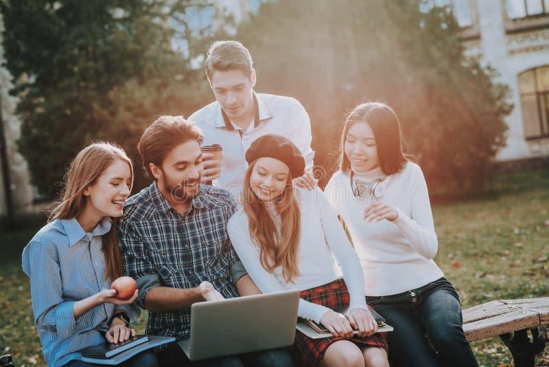 le groupe d'appareil-photo a isolé regarder des gens au sujet des jeunes blancs de studio debout reposez-vous indépendant hippie image stock