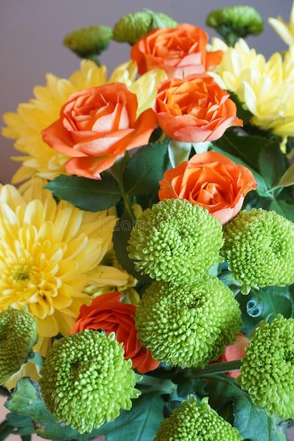 Le groupe d'automne fleurit avec les roses oranges et les chrysanthèmes jaunes photos libres de droits