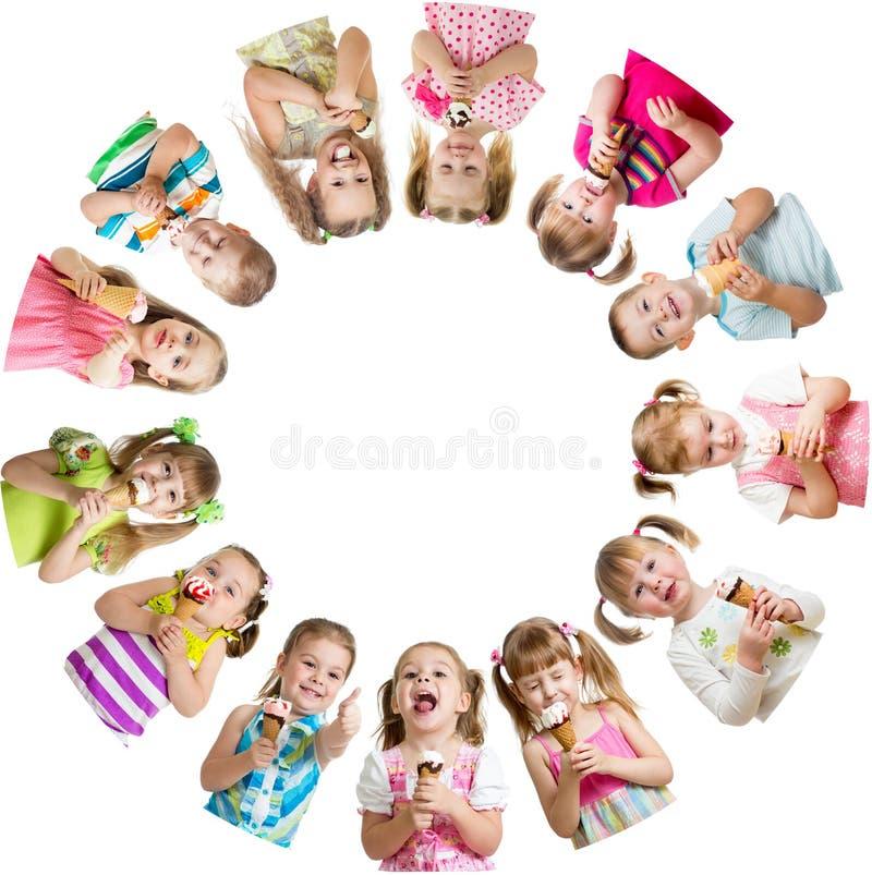 Le groupe d'enfants ou les enfants mangent de la glace en cercle images libres de droits
