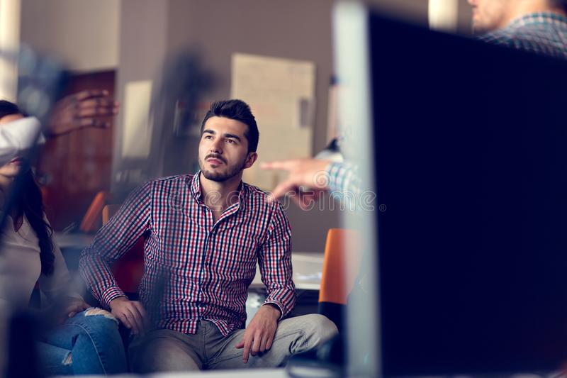 Le groupe d'indépendants travaillent sur le nouveau projet de conception dans l'espace coworking moderne photographie stock libre de droits
