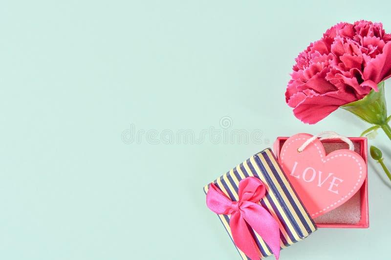 Le groupe d'oeillet de jour du ` s de mère de mai de bouquet de fleurs holded photographie stock libre de droits