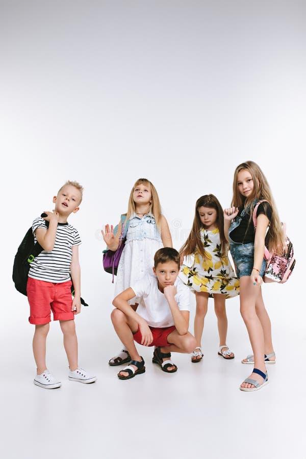 Le groupe de bonheur d'étudiants mignons et adorables sont de nouveau à l'école images stock