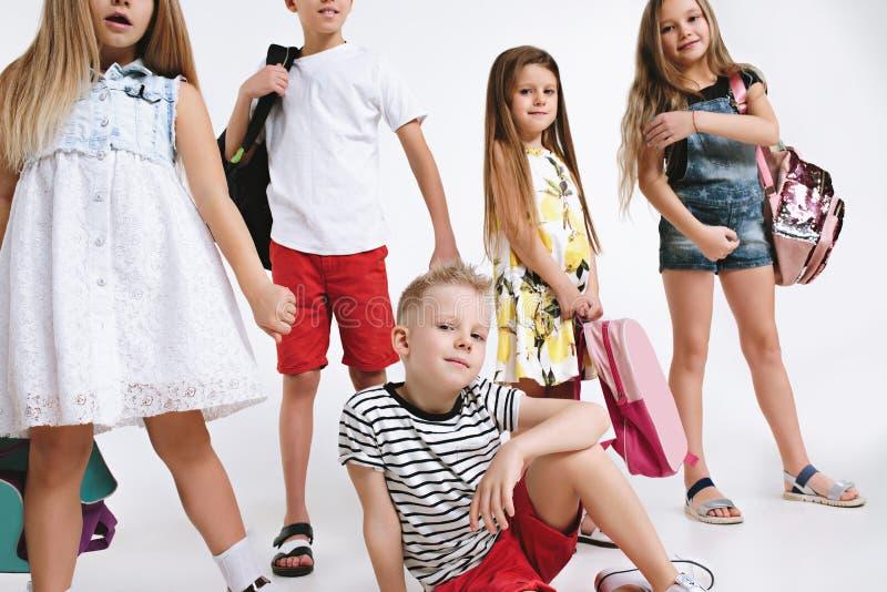 Le groupe de bonheur d'étudiants mignons et adorables sont de nouveau à l'école photos stock
