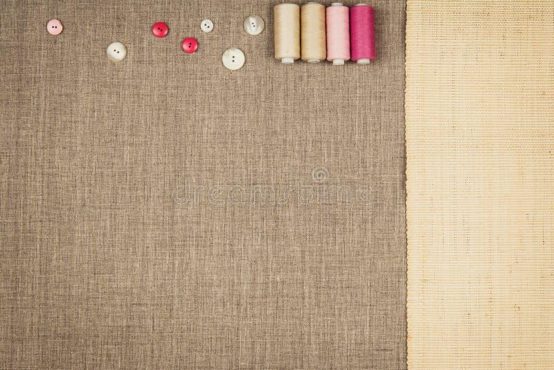 Le groupe de couture objecte le mensonge à plat sur une toile naturelle illustration de vecteur