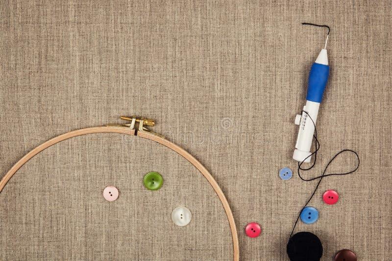 Le groupe de couture objecte le mensonge à plat sur une toile naturelle illustration libre de droits