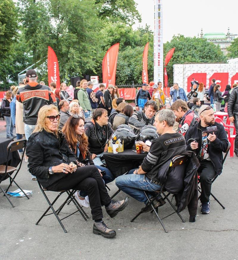 Download Le Groupe De Cyclistes à La Table Image stock éditorial - Image du annuel, personnalisé: 77161799