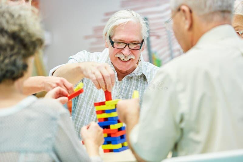 Le groupe de démence dans la maison de retraite joue avec les blocs constitutifs images libres de droits