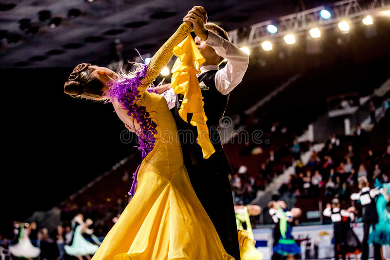 Le groupe de danse couple la jeune danse de salon d'athlètes photo stock
