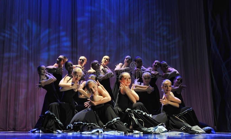 Le groupe de danse du ` s d'enfants exécute la danse de flamenco à un festiv ouvert image libre de droits