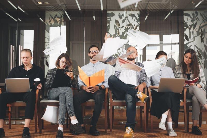 Le groupe de directeurs créatifs travaillent ensemble dans le bureau moderne Busin image libre de droits