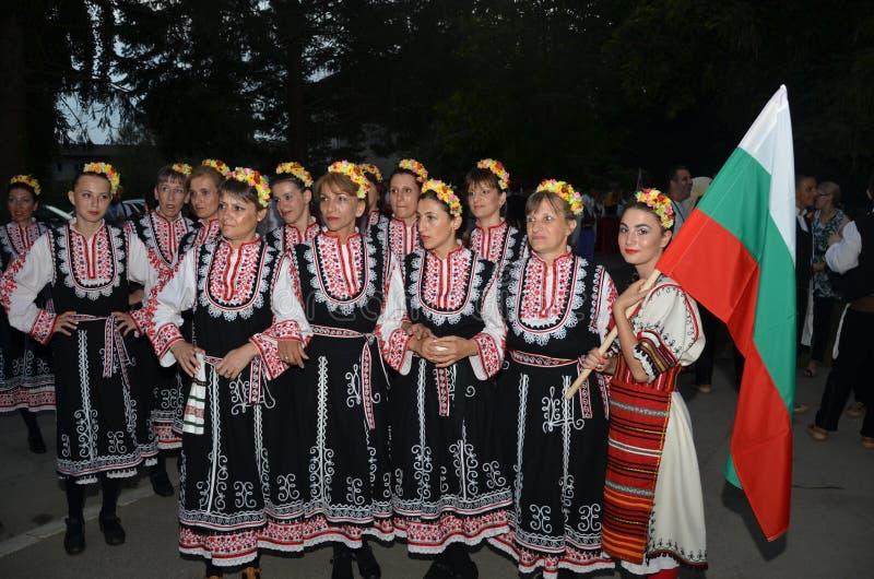 Le groupe de filles bulgares dans des costumes traditionnels images libres de droits