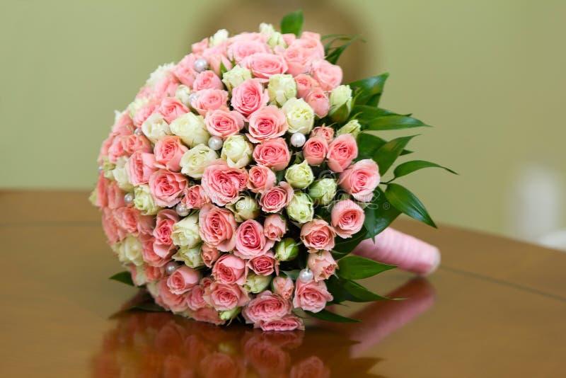 Le groupe de fleurs se trouve sur une table photo libre de droits