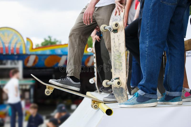 Le groupe de garçons de patineur concurrencent dans le concours de patin extérieur photo stock