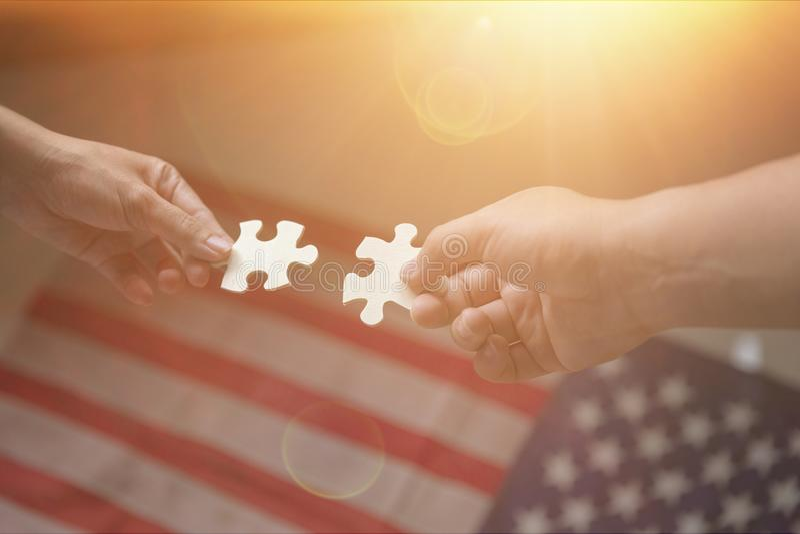 Le groupe de gens d'affaires assemblant le puzzle denteux et représentent photographie stock