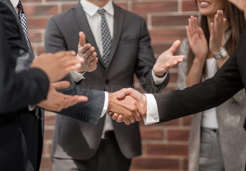 Le groupe de gens d'affaires félicite des associés sur l'affaire grandiose photographie stock