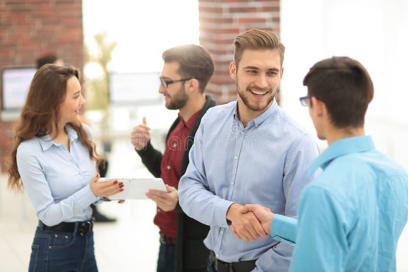 Le groupe de gens d'affaires qui se tenant et discutent photographie stock libre de droits