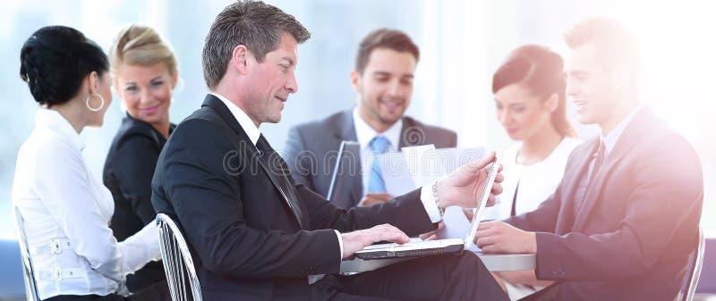 Le groupe de gens d'affaires a recueilli discuter ensemble la créatine photo stock