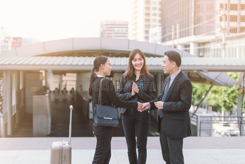 Le groupe de gens d'affaires se serrant la main, travail d'équipe finissant une réunion partners se saluer après la signature du  photos stock