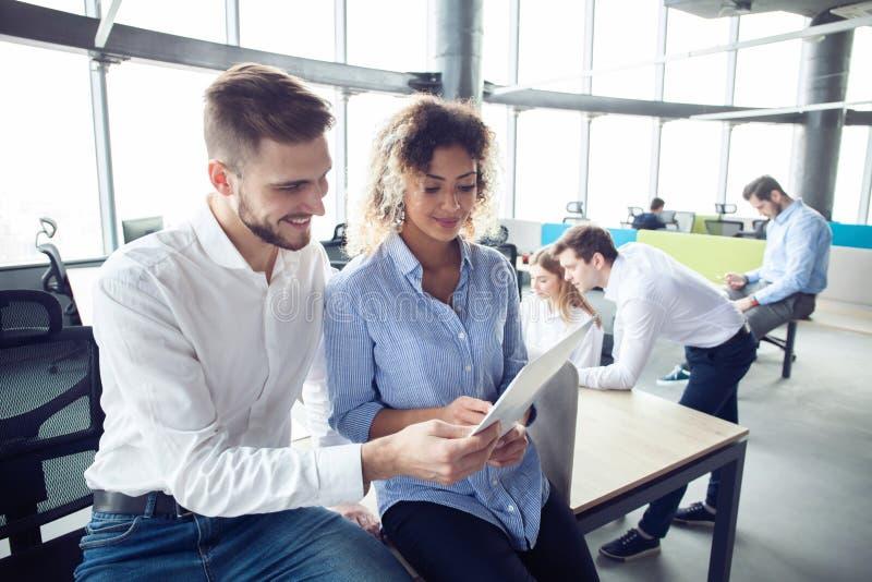 Le groupe de jeunes entrepreneurs recherchent une solution d'affaires pendant le procédé de travail au bureau Gens d'affaires de  photographie stock