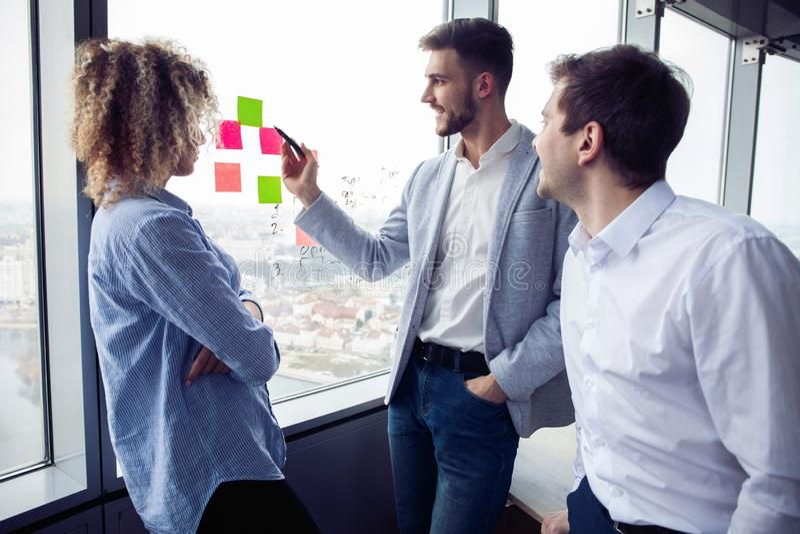 Le groupe de jeunes entrepreneurs recherchent une solution d'affaires pendant le proc?d? de travail au bureau Gens d'affaires de  photographie stock